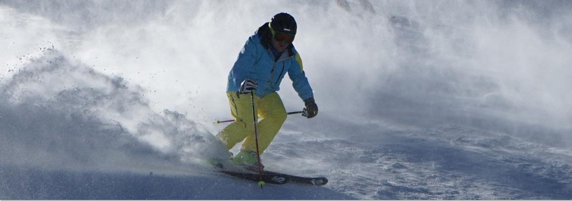 Skilehrer fährt Kurve nach rechts