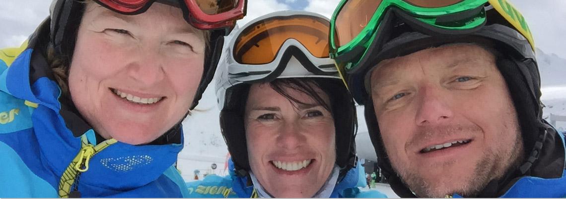 Gruppe von 3 Skilehrern lachen