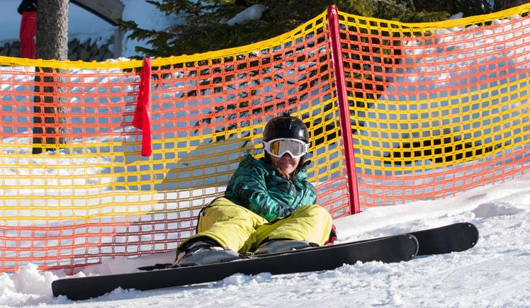 Skifahren lernen Skifahrern liegt im Schnee